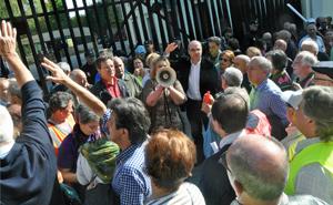 Anxel Vence, Tereixa Paz y el portavoz del BNG, Francisco Jorquera, con los concentrados a las puertas del Parlamento de Galicia.