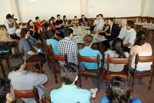 Los funcionarios asturianos en el encuentro que mantuvieron con jóvenes de las entidades de todo el país.