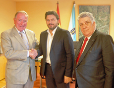 Rodríguez Miranda saluda a John T.Dunleavy, acompañado por el empresario Tony Sánchez.