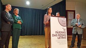 Pilar Rojo se dirige a los asistentes a la inauguración.