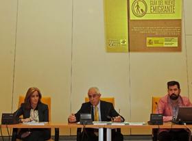 Eva Foncubierta y Aurelio Miras Portugal, centro, presentaron la 'Guía del nuevo emigrante'.