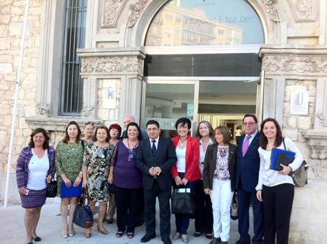 Las autoridades que participaron en la inauguración con un grupo de asistentes al Encuentro ante el albergue.