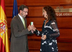 Montero entrega al presidente del Parlamento, Manuel Gracia, el proyecto de Ley del Presupuesto de Andalucía para 2015.