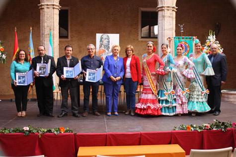 Los participantes en la conferencia y coloquio junto a la alcaldesa de Alaquás, la presidenta de FECA-CV y las Reinas.