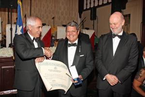 Aurelio Miras Portugal entregó el diploma que acompaña a la Medalla de Honor de la Emigración al presidente de la Casa de España, José E. de Santiago, en presenecia del embajador de España en Estados Unidos, Ramón Gil-Casares.