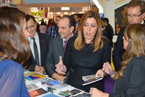 La presidenta de la Junta, Susana Díaz, acompañada del consejero de Turismo (a su espalda), en la WTM de Londres.