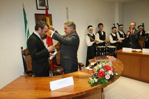 El acalde de Quiroga, Julio Álvarez Bouzas, impone la Medalla de Oro a Manoel Carrete.