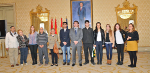 Mañueco con los participantes en el programa 'Raíces'.