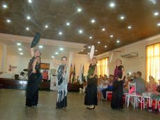 Un momento de la actuación del grupo 'Caminos de España' durante el almuerzo.