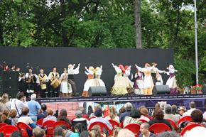 Actuación del grupo de la entidad el Día de la Hispanidad.