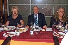 El cónsul Manuel Fairén flanqueado por Rosita Lladó (izq.), presidenta de la FIEU, y Mariela García, presidenta de los valencianos.