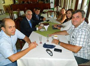 En el lado izquierdo, Carlos Salinas, gerente de la Sociedad Española 12 de Octubre, Aurelio Miras Portugal, Joan Borrell. En la parte derecha la secretaria de la Sociedad, Mª Luisa Garnelo, Carmen Pedrosa y el presidente de la Sociedad, Jaime Masanés.