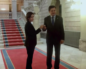 La consejera de Hacienda y Sector Público, Dolores Carcedo, entregó el proyecto de presupuestos al presidente de la Junta General del Principado, Pedro Sanjurjo.