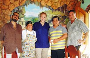 Pablo Platas (izq.), Juan Francisco Montalbán(centro) y Herbigio Fernández Pino, durante su visita a una de las instalaciones de la Fiesta de la Cultura Iberoamericana.