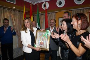 Las mujeres de la directiva entregaron a la presidenta una Virgen de Pilar pintada sobre cerámica cordobesa de La Rambla.
