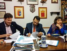 El presidente de la Sociedad Gallega, Santos Gastón, durante la firma del convenio.