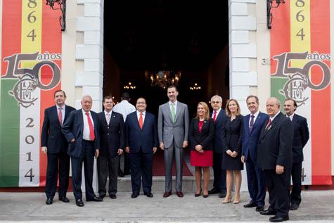 El Rey a la entrada del Círculo Español Mercantil de Veracruz junto a autoridades locales, diplomáticas, españolas y los presidentes de las entidades premiadas.