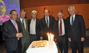 Los presidentes de AEGU con la tarta del 25 aniversario.