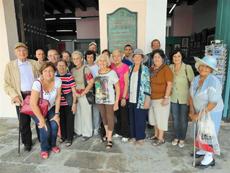 Participantes del encuentro a la entrada del Museo de Naipes.