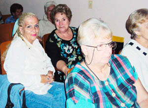 La titular del Comité Gestor de la Asociación de la Comunidad de Madrid en Cuba, Mari Rico (centro), junto a otra madrileña, María Teresa Hernández (izq.), durante el Encuentro Cultural.