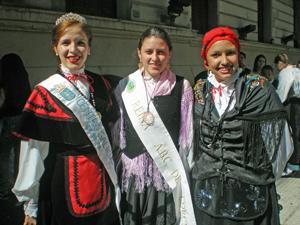 Las reinas de la colectividad, ataviadas con sus trajes típicos, también estuvieron presentes.