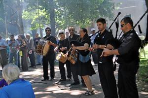 Gaiteros de Casa de Galicia animando la romería.