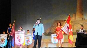 El artista invitado, Ernesto Roel, interpretó América durante el desfile de los estandartes de las entidades de la Agrupación.