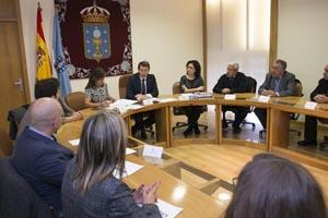 El presidente de la Xunta, Alberto Núñez Feijóo, acompañado de la conselleira de Traballo e Benestar, Beatriz Mato, se reunió un día antes de la aprobación con las principales entidades de iniciativa social participantes en la Estrategia de Inclusión Social de Galicia 2014-2020.