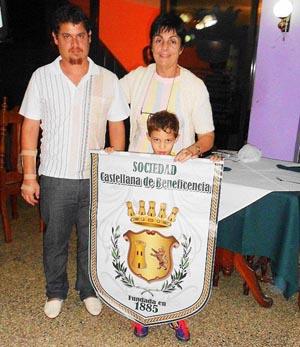 Eleazar Gómez, el joven Walid Benítez y Mª A. Pérez Guardamino con el pendón de la Sociedad Castellana de Beneficencia.