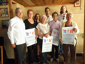 Los galardonados junto a autoridades consulares.