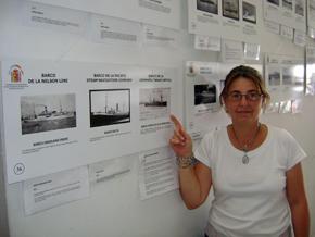 Una de las visitantes mostrando el barco en el que sus familiares llegaron a Argentina.