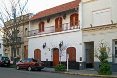 Vista exterior de la Casa de España (edificio del centro).
