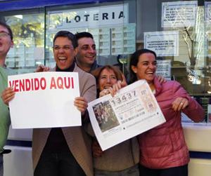 Los trabajadores de la administración de Lotería de la calle Zurbano de Madrid celebran que repartieron el Gordo.