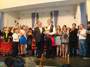 Guillermo Xavier Pinuer participa del Cuerpo de Baile, es profesor del Taller de Dibujo y Pintura y creó la Muestra de Arte.