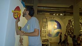 Pintando el mural en el Centro Cultural Español de Montevideo.