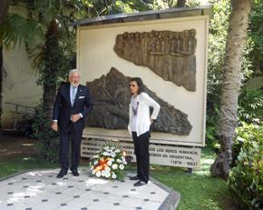 De Grandes Pascual y Castaño frente al mural en homenaje a los desaparecidos españoles.