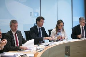 El presidente de la Xunta, Alberto Núñez Feijóo, y varios conselleiros en la reunión del Ejecutivo que aprobó esta medida.