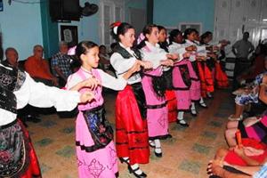 Jóvenes integrantes del cuerpo de baile del Club Villarino, 'Aires de Salamanca'.