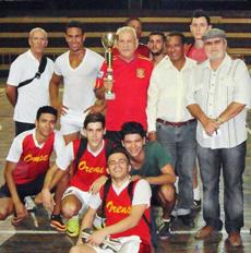 Roberto Ogando y Felipe Cid junto al equipo campeón y sus entrenadores.