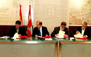 El presidente Juan Vicente Herrera firmó los acuerdos con los representantes de los sindicatos UGT y CC.OO. y de la patronal Cecale.