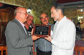 Miguel Barnet (izq.) recibió la placa de manos del embajador Juan Francisco Montalbán.