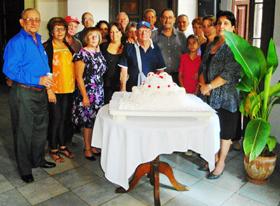 Junta Directiva junto a la tarta del 103º aniversario.