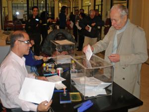 Un emigrante depositando su voto en el Consulado de España en Buenos Aires en las elecciones europeas de 2014.