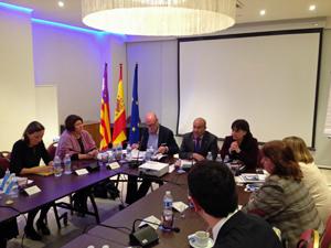 El vicepresidente, Antonio Gómez (centro), y a su izquierda la directora general de Cooperación e Inmigración, Antònia Maria Estarellas.