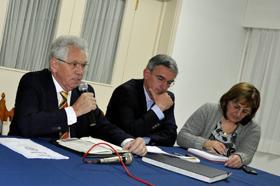El presidente del Hogar, Ángel Domínguez, el vicepresidente, Celestino Duarte, y la administradora, Vicenta González, en la asamblea de socios de mayo del 2014.