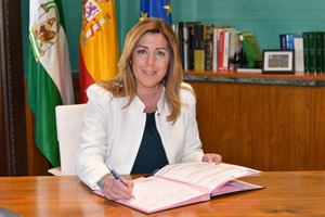 La presidenta de la Junta, Susana Díaz, firma el decreto de convocatoria de elecciones.