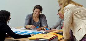 El Instituto enseña a formarse a los futuros docentes de español y ayuda a los profesionales en ejercicio.