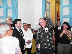 El vicepresidente de la AVNB, Daniel Aranguren, habla sobre la historia de su familia en la exposición de fotos.