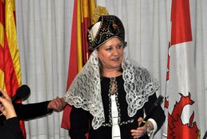 La consejera de Hacienda, Pilar del Olmo, ataviada con traje típico regional y con la vara de Alcaldesa de Honor.