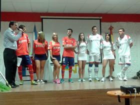 Jugadores del plantel profesional y modelos exhiben la nueva indumentaria del primer equipo.